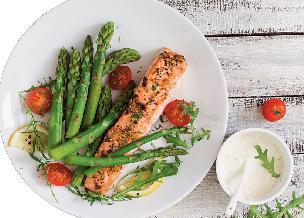 Łosoś na szparagach: przepis na zdrowy obiad