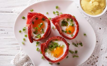 Szynkowe kubeczki z jajkiem i serem