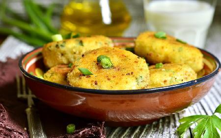 Placuszki rybno-ziemniaczane z ziołowym jogurtem