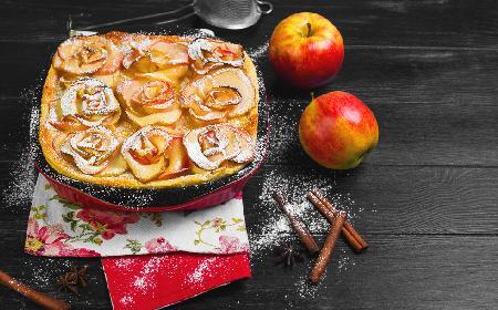 Zjawiskowa szarlotka z jabłkowymi różyczkami