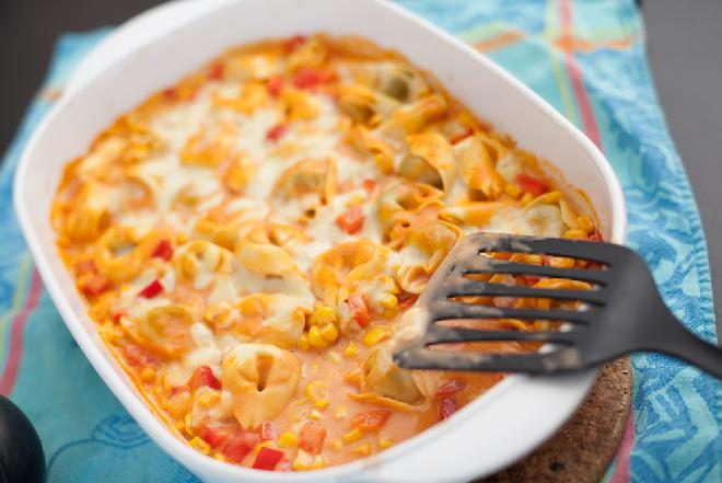 Tortellini zapiekane w sosie z warzywami: przepis na łatwą zapiekankę