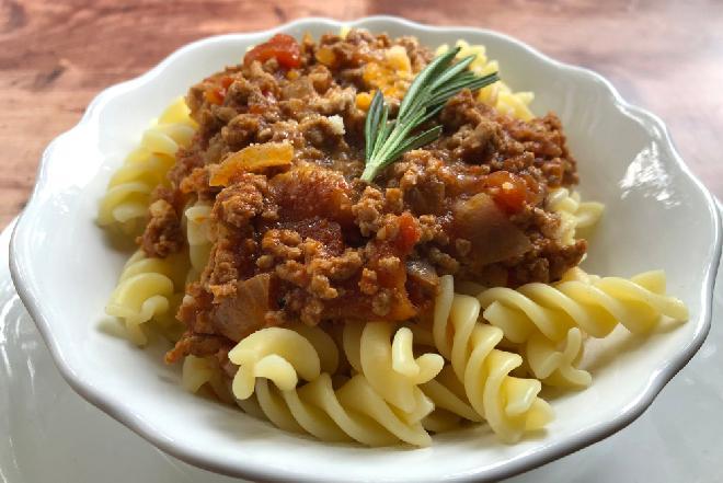 Treściwy makaron: świderki z kremowym sosem z mięsa mielonego