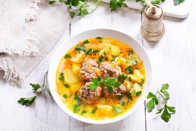 Pokrzepiająca zupa jarzynowa z klopsikami