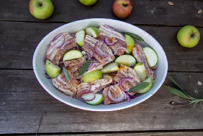Pierwszorzędne żeberka wieprzowe pieczone z jabłkami i cebulą