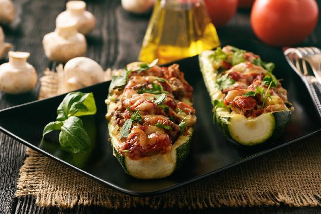 CUKINIA FASZEROWANA mięsem indyka z sosem tzatziki [przepis na lekki obiad lub kolację]