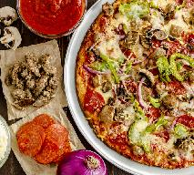 Chrupiąca i cienka pizza bez drożdży i proszku do pieczenia: łatwe ciasto z mąki, jajek i mleka