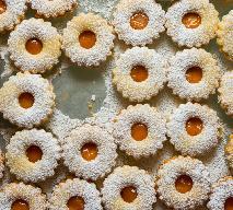 Świąteczne ciasteczka z likierem jajecznym: łatwy przepis na kruche ciastka z ajerkoniakiem