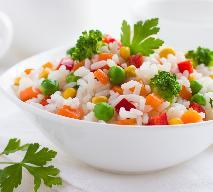 Sałatka z ryżem i mięsem drobiowym - lekka, pyszna, dietetyczna