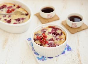 Lekkie ciasto z czereśniami i porzeczkami w 15 minut: przepis na francuskie clafoutis z owocami