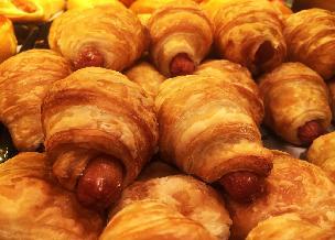 Mini hot dogi w cieście francuskim: przepis na szybką imprezową przekąskę