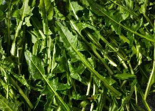 Duszone liście mniszka lekarskiego z czosnkiem i piniami: zdrowa jarzynka z mlecza