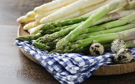 Szparagi z masłem ziołowym: delikatne wiosenne danie!