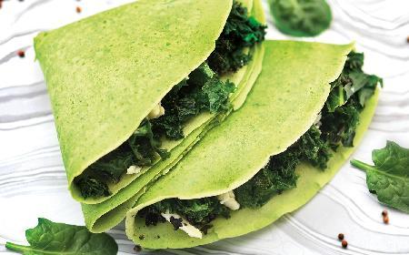 Zielone naleśniki z jarmużem, fetą i ciecierzycą