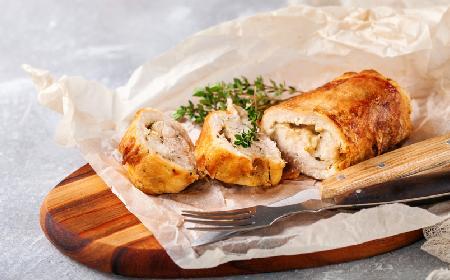 Delikatna pierś kurczaka z brzoskwiniami i serem brie