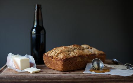 Miodowy chleb na piwie: przepis z proszkiem do pieczenia