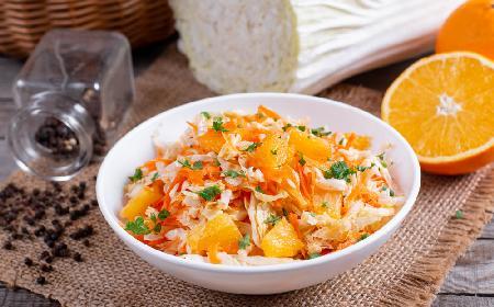 Pomarańczowa surówka z kapusty pekińskiej i marchewki: soczysta i chrupka