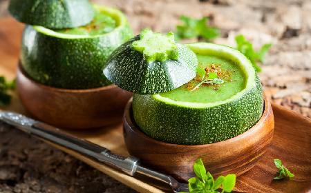 Kremowa zupa cukiniowa podana w wydrążonej cukinii kulistej: efektowny przepis na pyszną zupę