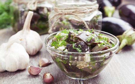Bakłażany na zimę w oliwie: przyprawione octem, winem i miętą