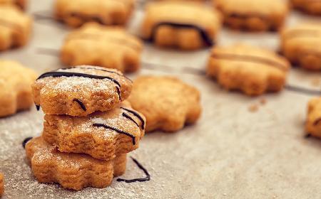 Kruche ciasteczka z miodem: przepis na jesienny przysmak [WIDEO]