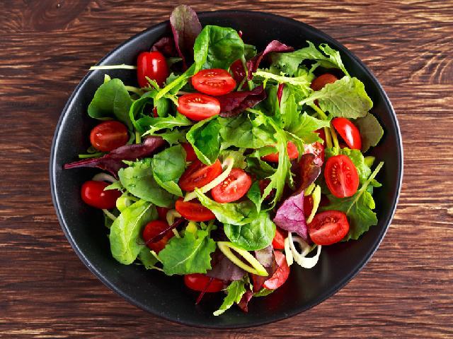 Salatka Z Rukoli Pora Pomidorow I Ananasa Przepis Na Witaminowa Bombe Beszamel Se Pl
