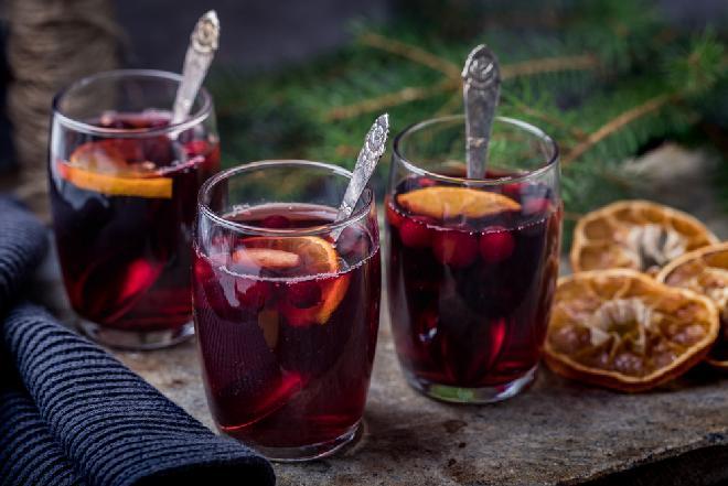 Grzane wino z pomarańczą - jak zrobić? [WIDEO]