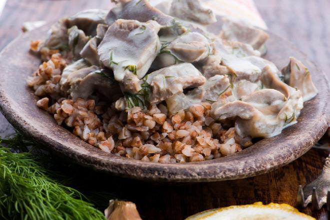 Kacze żołądki duszone w sosie koperkowym z kaszą gryczaną
