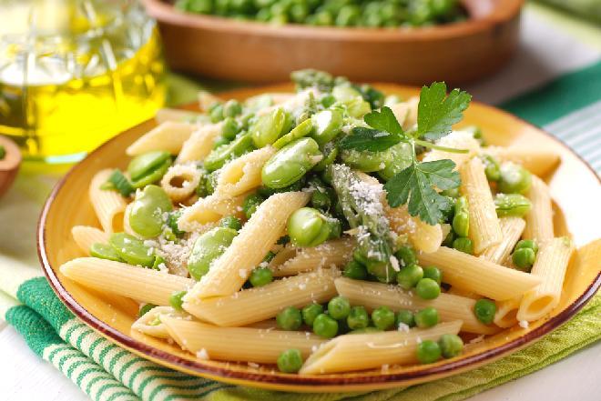 Makaron z bobem, szparagami i groszkiem: sycący posiłek na lato