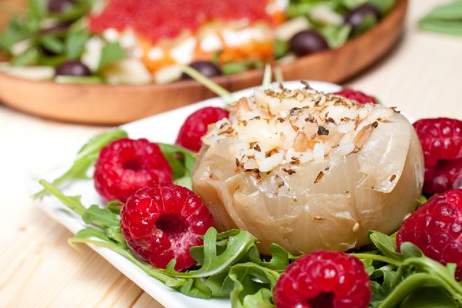 Cebula faszerowana po litewsku - przepis na pyszne marynowane cebule nadziewane jabłkami i marchewką