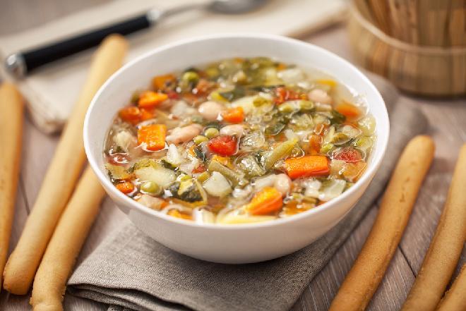 Minestrone z młodą kapustą - pyszna zupa z młodych warzyw