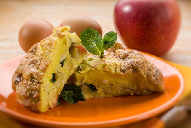 Pieczony omlet szarlotkowy - przepis na oryginalny omlet z jabłkami