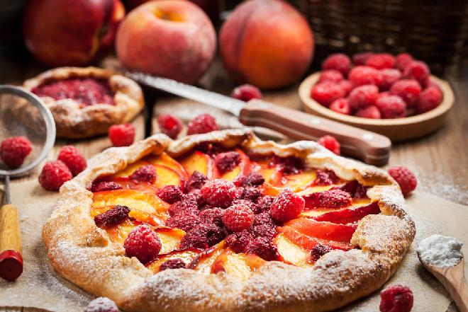Tarta brzoskwiniowo-malinowa: przepis na ciasto z owocami