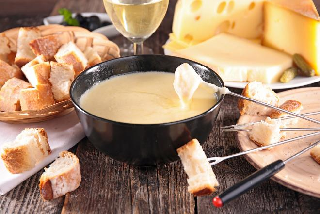 Fondue serowe - przepis na ucztę serową w miłym gronie