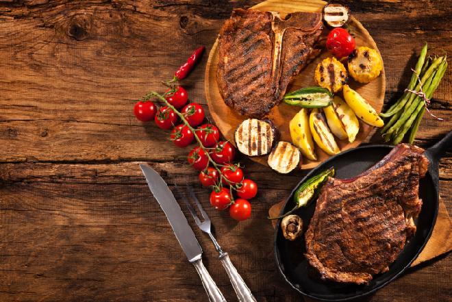 Marynaty i mieszanki na grilla [przepisy]: w czym marynować mięso przed grillowaniem?